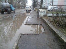 В Брянске сняли на фото непроходимый тротуар на улице Камозина