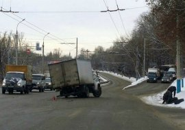 В центре Брянска на Калинина грузовик на ходу потерял колесо