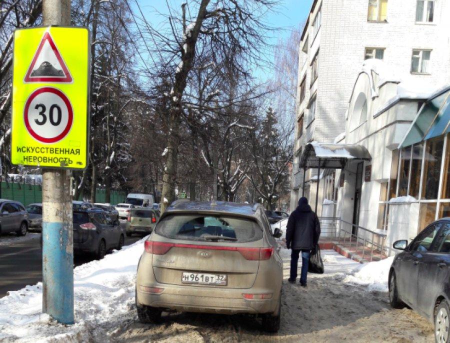Брянские автохамы захватили тротуар на улице Горького