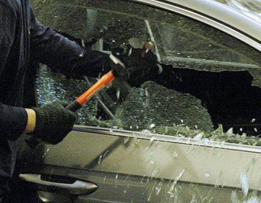 ВБрянске неизвестные разбили молотком дорогостоящий автомобиль