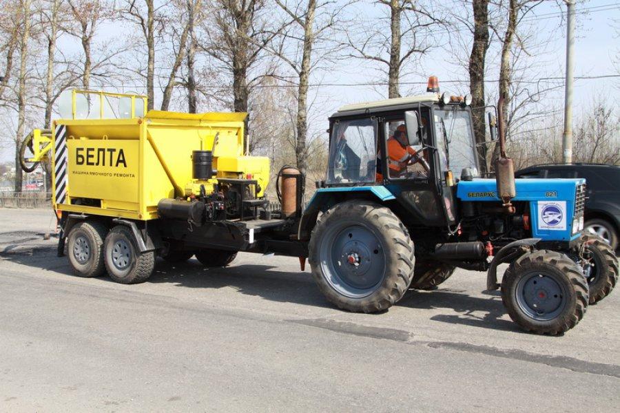 ВБрянске асфальт ремонтирует установка «Белта»