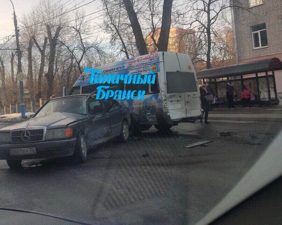 ВБрянске при столкновении маршрутки и«Мерседеса» ранены две женщины