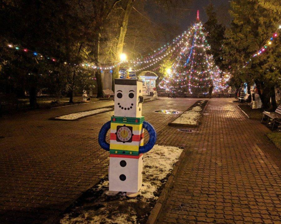 Хулиганы разрушают снеговиков иновогодние украшения на дорогах Брянска