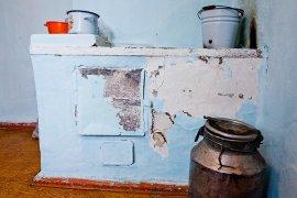 Клинцовские чиновники поселили сироту в квартиру без плиты, сантехники и дверей