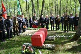 Под Комаричами торжественно захоронили останки 20 солдат