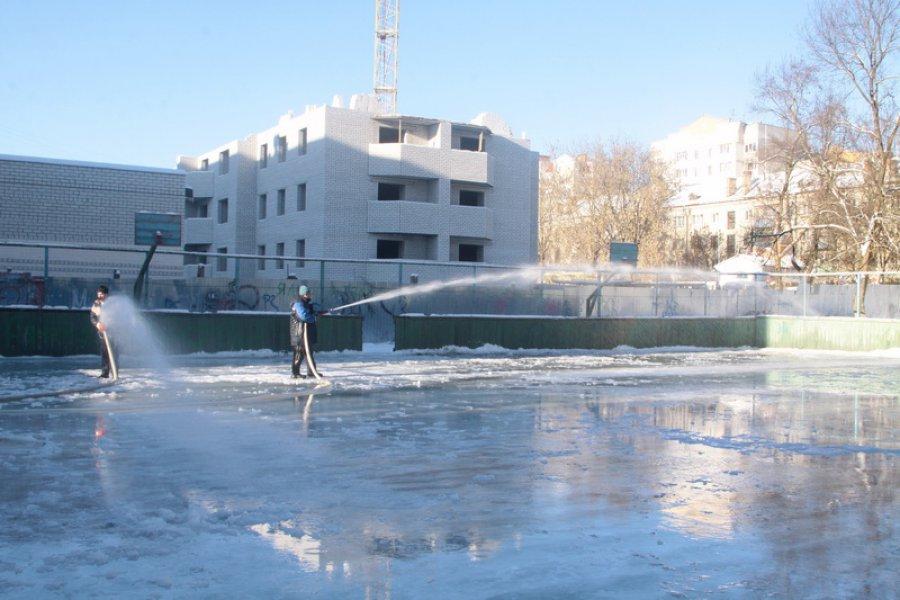 В Брянске начали заливать хоккейные корты и катки