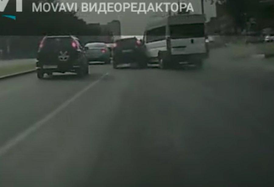 НаМосковском проспекте вБрянске маршрутчик протаранил иномарку