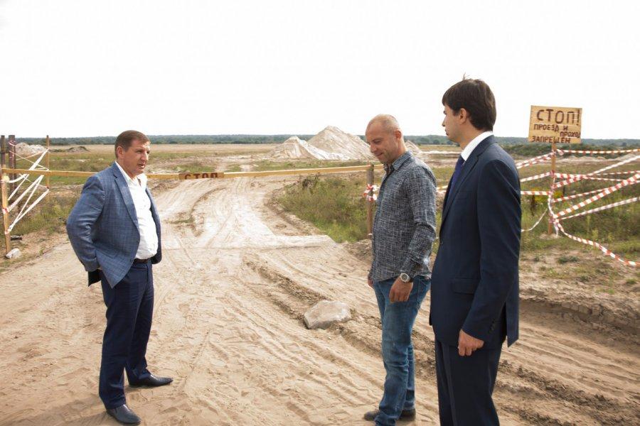 В поселке Чайковичи решили проблемы песчаного карьера