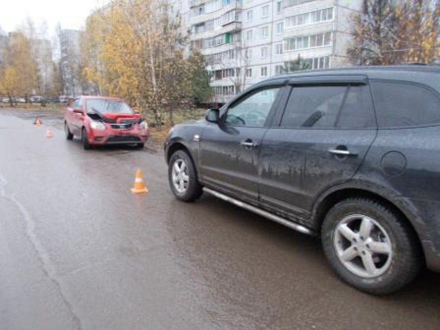 В Брянске рассеянная автоледи протаранила припаркованный автомобиль Kia
