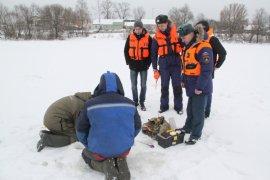 Сотрудники МЧС напомнили брянским рыбакам о поведении на льду