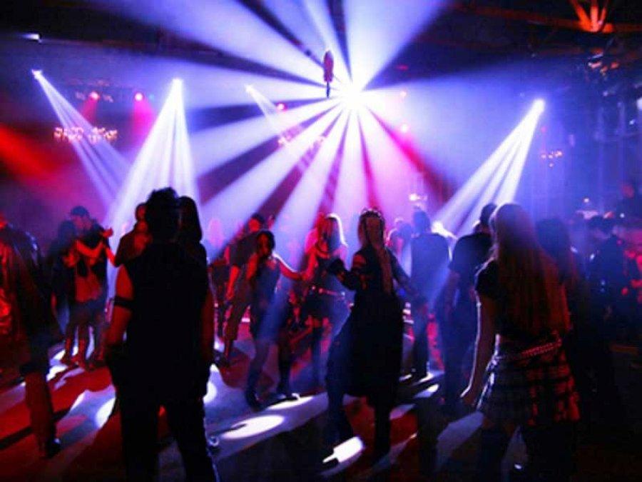 Девушка танцующая в ночных клубах