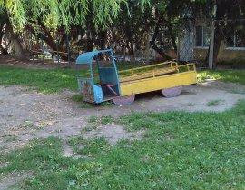 В центре Брянска сфотографировали ужасы на детской площадке