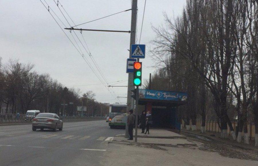 В Брянске на Московском проспекте сняли на фото запутавшийся светофор