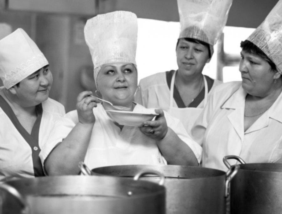 ВБрянске вшколе №46 кулинар раскладывала еду руками