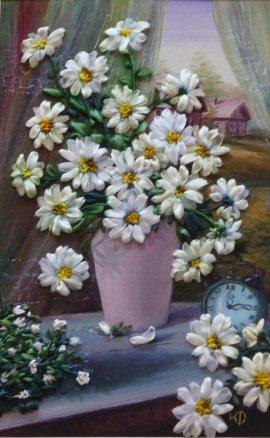В Брянске открылась выставка картин, вышитых атласными лентами