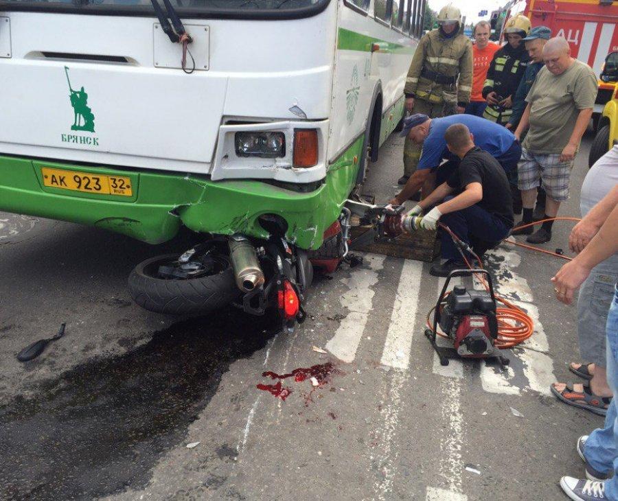 Брянск: очевидцы ДТП подымали автобус, чтобы достать из-под него мотоциклиста