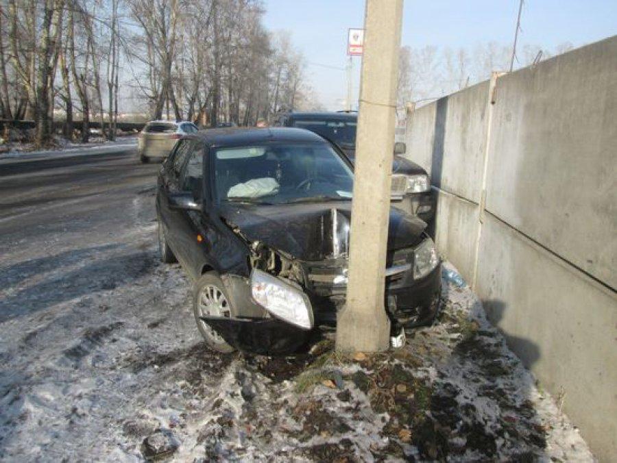Пассажир «ВАЗа», врезавшегося встолб, пострадал вБрянске