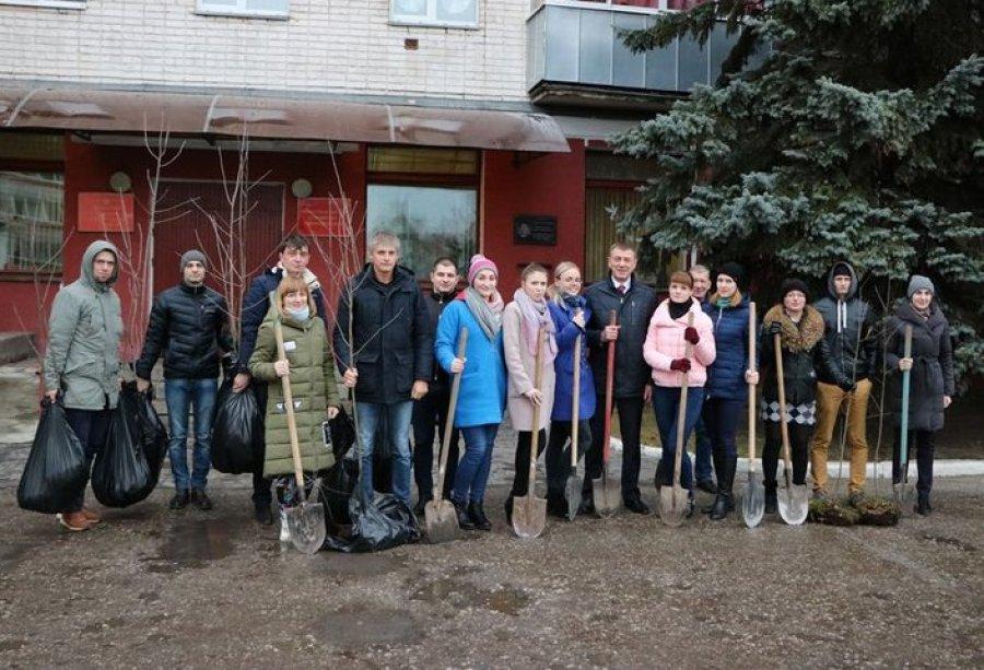 Брянская молодежь на улице Челюскинцев посадила «Аллею Поколений»