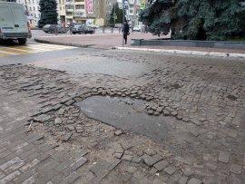 В Брянске разрушенная плитка возле цирка угрожает безопасности инвалидов