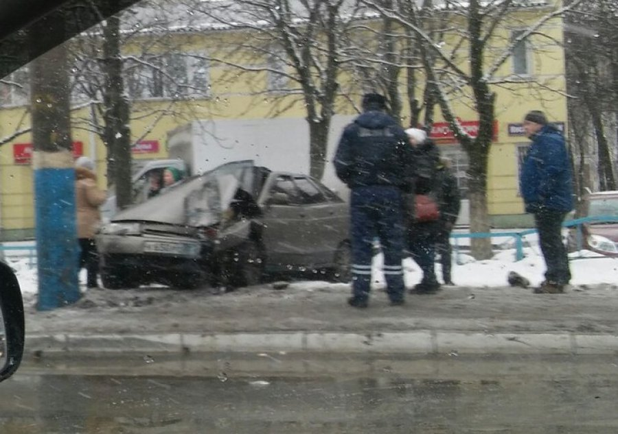 В Брянске на проспекте Московском водитель ВАЗ протаранил столб