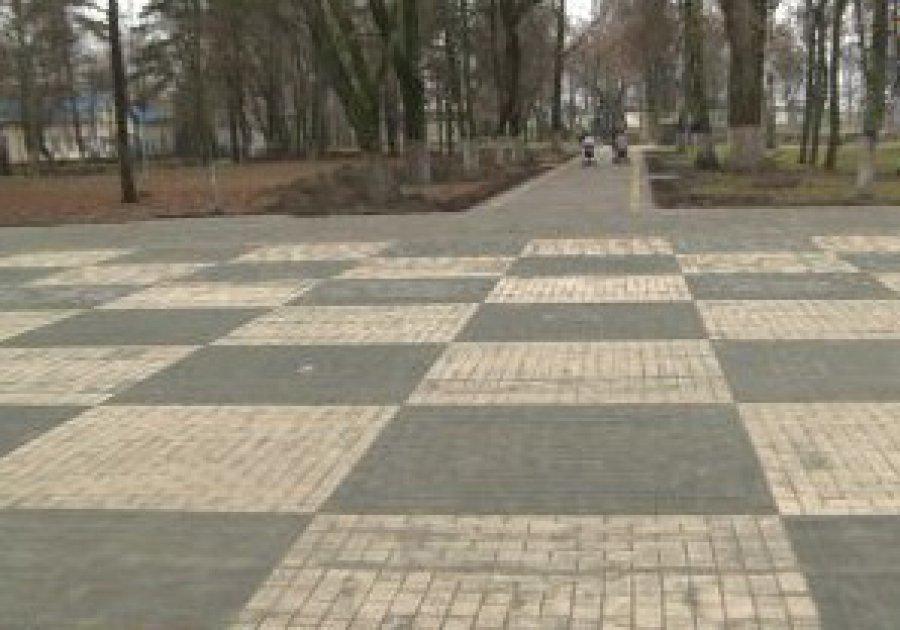 В Брянске из тротуара сделали огромную шахматную доску