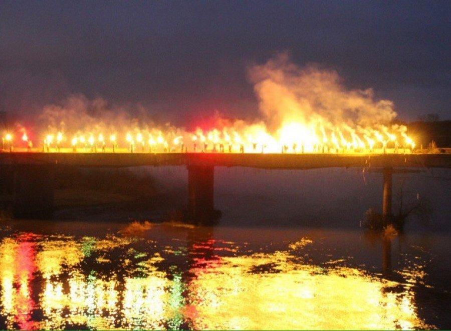Фанаты брянского «Динамо» зажгли файеры намосту через Десну