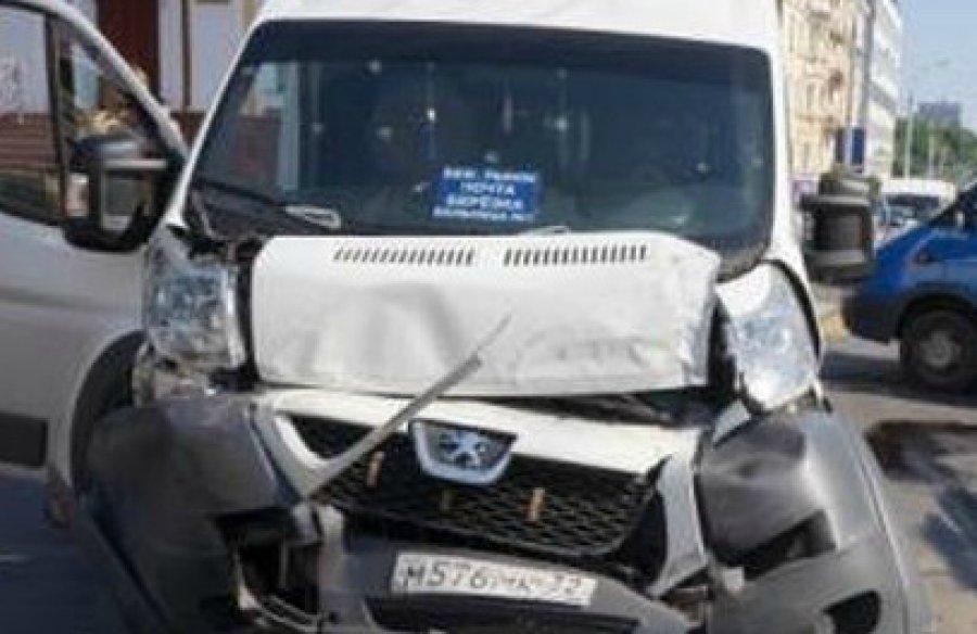 ВБрянске столкнулись две маршрутки и«Рено»: ранены 4 женщины
