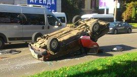 В Брянске на Красноармейской перевернулась легковушка