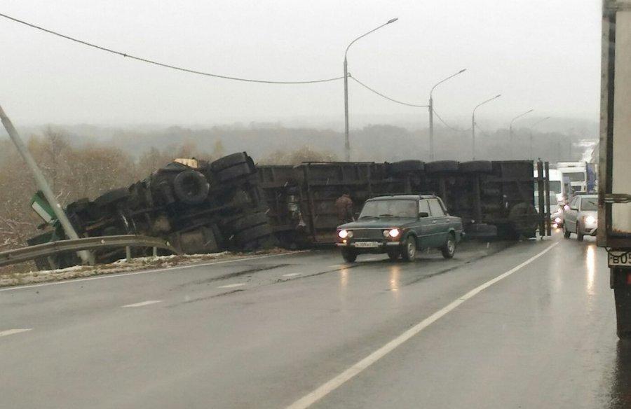 Около брянского села Супонево перевернулась фура