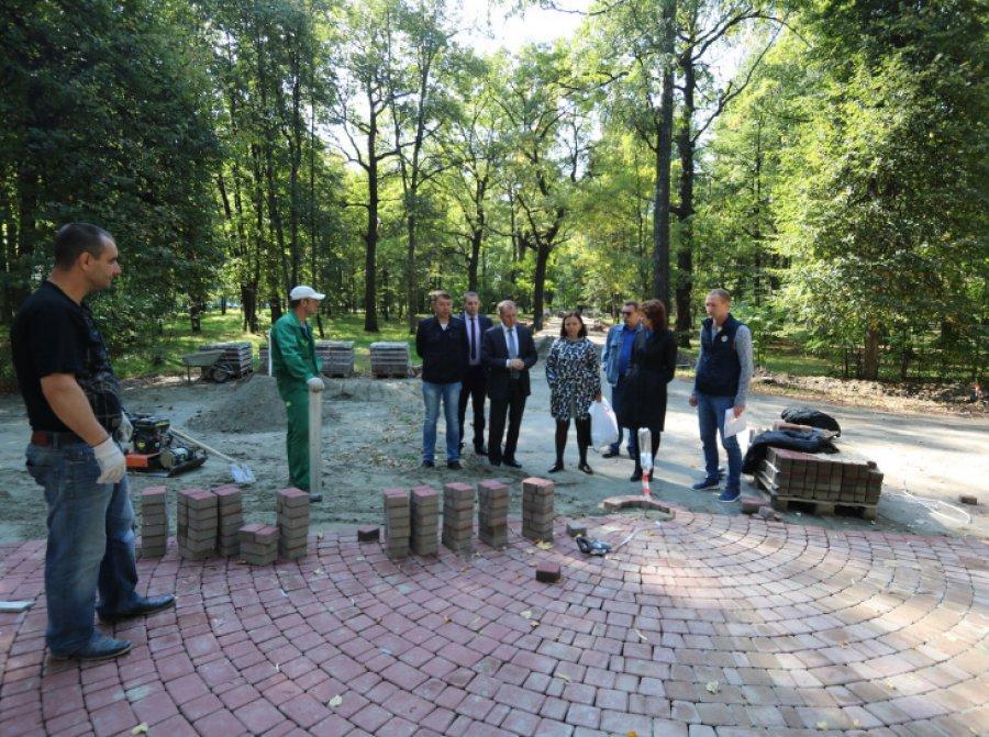 ВПушкинском парке Брянска поменяют древнейшие скамейки
