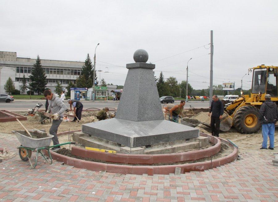 В Брянске в Семеновском сквере поставили памятный знак братьям Могилевцевым