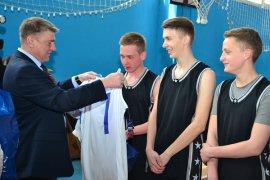 Главный брянский единоросс осчастливил юных спортсменов новой формой