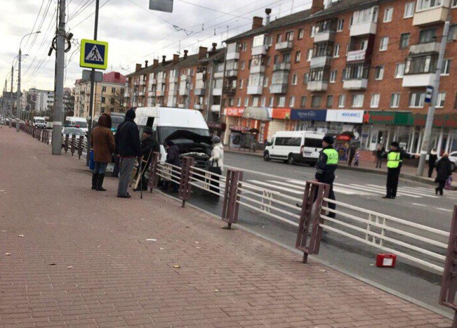 В Брянске на проспекте Ленина маршрутка протаранила иномарку: есть раненый