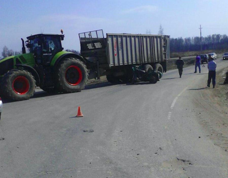 Под Дубровкой 67-летний мотоциклист врезался в трактор и погиб