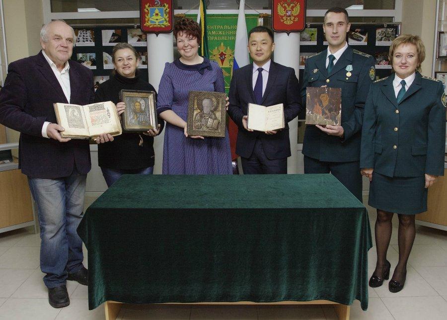 Стародавние иконы икниги пополнили коллекцию Брянского Краеведческого музея