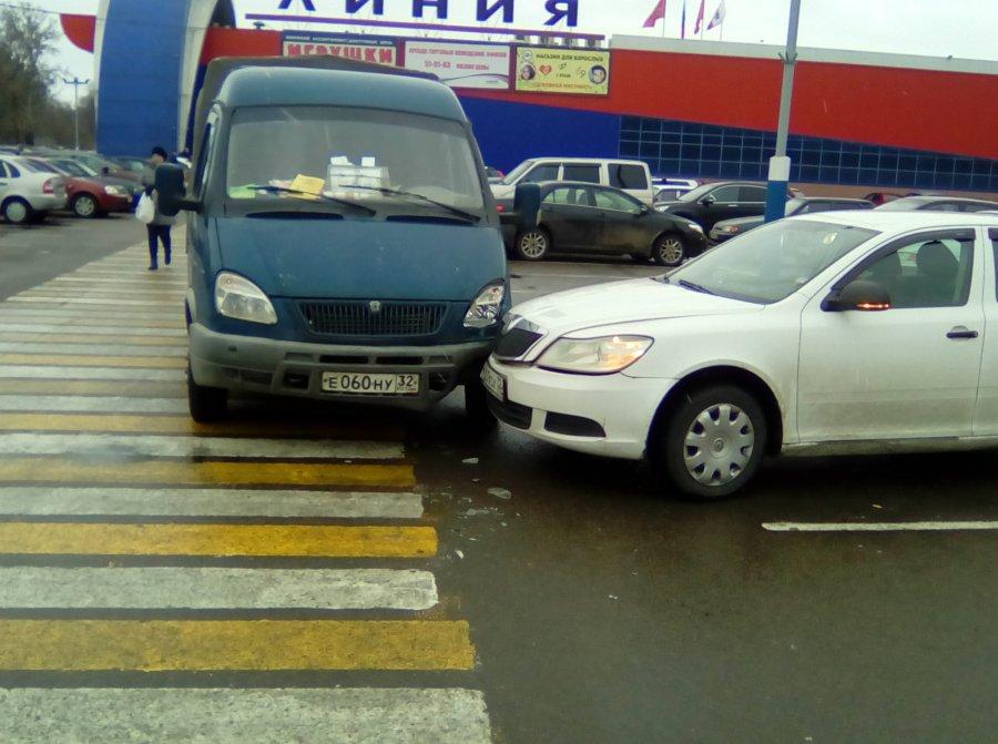 """В Брянске стоящего на парковке у """"Линии"""" водителя сделали виновником ДТП"""