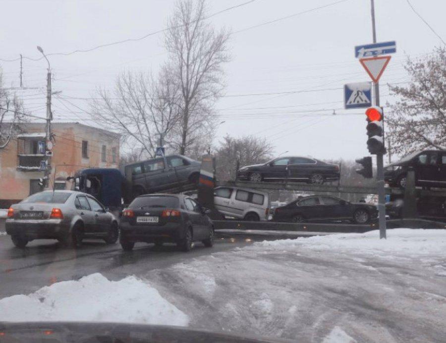 В Брянске не поделили дорогу «Тойота» и автовоз