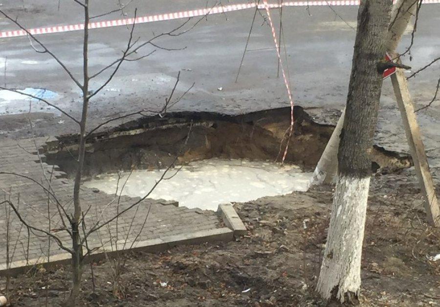 В Брянске фонарный столб провалился под землю