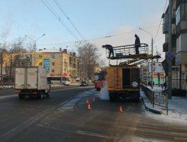 В Брянске КамАЗ оборвал троллейбусные провода и уехал