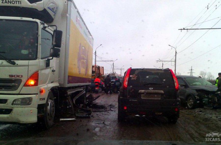 Детали автоаварии наОктябрьском мосту вБрянске: ранены шофёр идве пассажирки