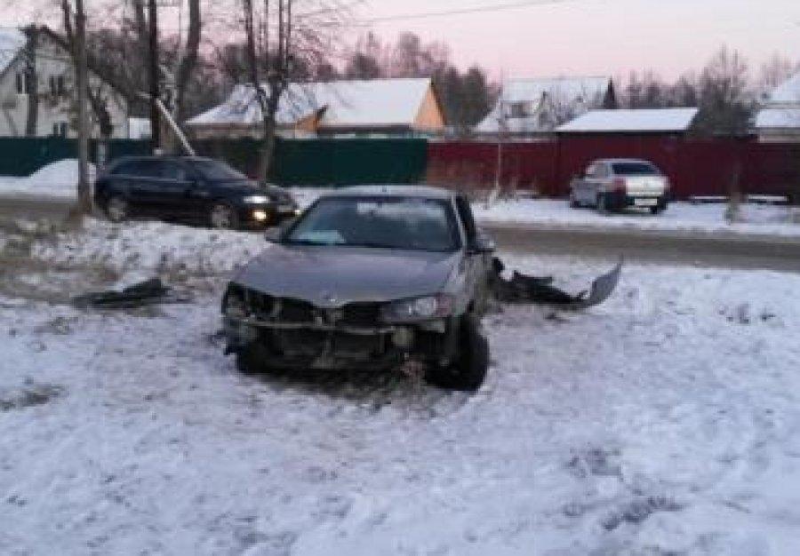 """В Брянске пьяный 20-летний водитель """"Nissan"""" протаранил столб"""