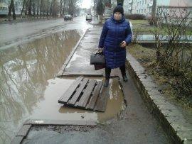 В Брянске огромную лужу на Камозина прикрыли мостиком