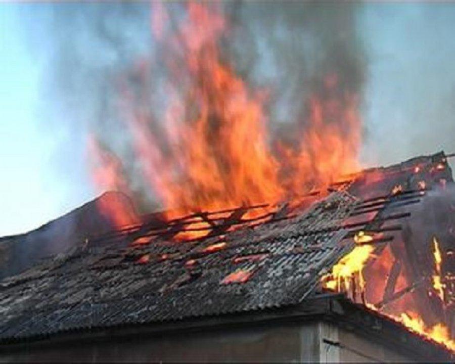 В Бежицком районе Брянска утром горел жилой дом