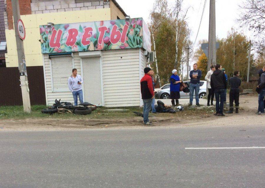 Брянский мотоциклист столкнулся с 2-мя машинами истолбом