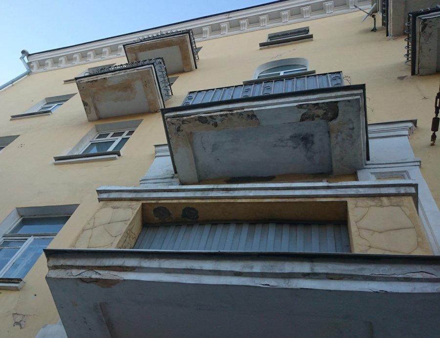 В Брянске в доме на проспекте Ленина грозят рухнуть 20 балконов