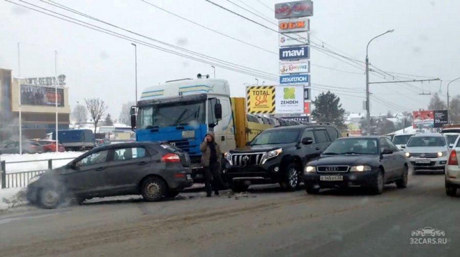 "В Брянске у ТРЦ ""Аэро Парк"" столкнулись три автомобиля"