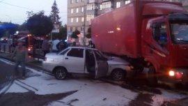В Брянске сняли на фото ВАЗ, влетевший под грузовик