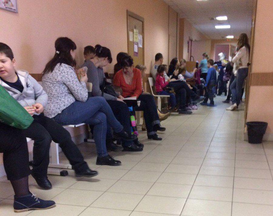 В Брянске сняли на фото очередь в детской поликлинике №2