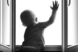 В Брянской области за выпавшего из окна ребенка осудят его мать