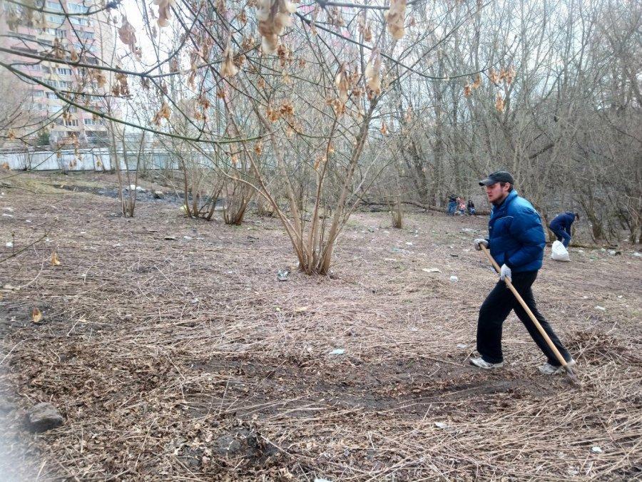 Брянский активист Шпаков провёл субботник на берегу Десны